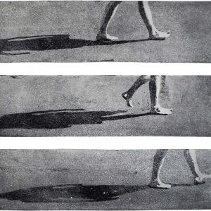 Aquatinta; Bewegungssequenz einer barfuß gehenden Frau