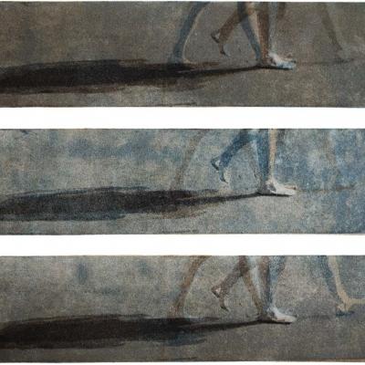 Farbaquatinta; Bewegungssequenz einer barfuß gehenden Frau in blau und braun