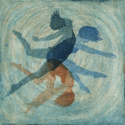 Eine Frau, die dreimal zu sehen ist, dreht sich im Wasserstrudel. Dreifarbige Aquatinta in Blau und Sepia